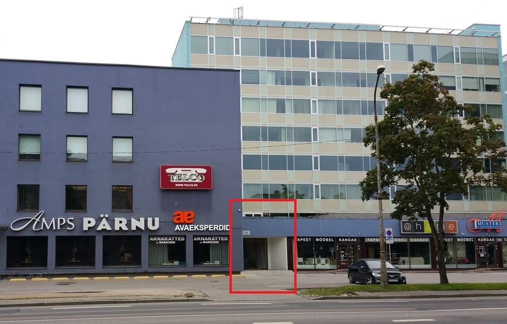 The entrance on Pärnu maantee (marked by a red rectangle on the image) is between the café Amps and store Muster.